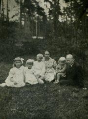 Mikeliūnų šeima. Teresė – pirma iš kairės. Apie 1937 m. Iš Stasės Mikeliūnienės asmeninio archyvo