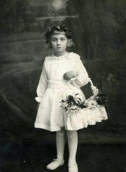 Teresė Mikeliūnaitė vaikystėje. Apie 1933 m. Iš Stasės Mikeliūnienės asmeninio archyvo