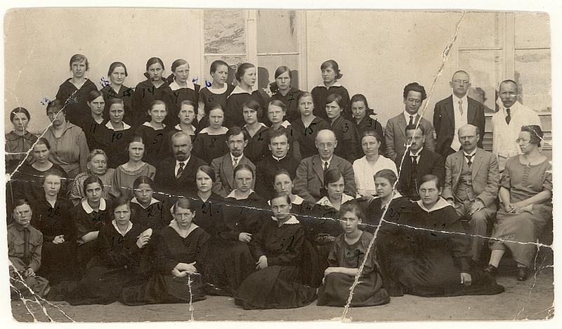 Panevėžio valstybinės gimnazijos VII klasės moksleivės su pedagogais (1924 06 13).