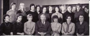 Režisierius Juozas Miltinis su Panevėžio dramos teatro aktorėmis. 1965 m. Fotogr. Kazimiero Vitkaus. PAVB FKV-335/14