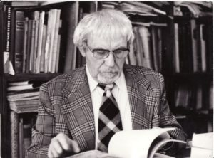 Juozas Miltinis savo bibliotekoje. Fotogr. Antano Gylio. PAVB FJM-1015/49