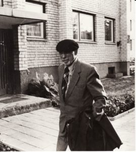 Juozas Miltinis prie savo namų Algirdo g. 54, Panevėžyje (1996 m. čia įkurtas Juozo Miltinio palikimo studijų centras). Fotogr. Antano Gylio. PAVB FJM-1015/47