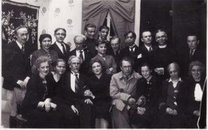 """Po Sofijos Kymantaitės-Čiurlionienės spektaklio """"Pinigėliai"""" premjeros, 1940 m. gegužės 5 d. Sėdi 1-oje eilėje, iš kairės: [?] Eidintaitė, A. Česionytė, Balys Gudanavičius, Zofija Vekrikaitė, Juozas Miltinis, Veronika Ruminavičiūtė, Elena Žilėnaitė, Janina Dulskytė, stovi 2-oje eilėje: Vladas Kazakevičius, Jadvyga Matulytė, Zigmas Lapinskas, Jonas Alekna, Vaclovas Blėdis, Danielius Varnas, Gediminas Pauliukaitis, [?] Makačinas, Eugenijus Jermolajevas, režisierius A. Šležas, stovi 3-oje eilėje: Kazimieras Vitkus, Bronius Babkauskas. Fotogr. Iz. Girčio. PAVB FJM-1019/13"""