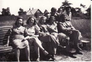 Aktoriai gastrolėse (netoli Rokiškio), 1944 m. 1-oje eilėje, iš kairės: Jadvyga Matulytė, Eugenija Šulgaitė, Gediminas Karka, Jonas Alekna, Kazimieras Vitkus. 2-oje eilėje: Stasė Breivaitė, Jonas Kazlauskas, neatpažintas asmuo, Donatas Banionis. PAVB FKV-439/2