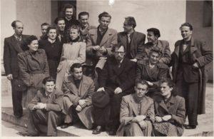 Panevėžio teatro kolektyvas apie 1945 metus. Režisierius Juozas Miltinis – 2-oje eilėje, viduryje. PAVB FJM-1019/21