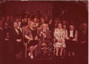 Juozas Miltinis (centre) su teatro kolektyvu. 1991 03 15. PAVB FJM-898/2