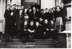 Panevėžio dramos teatro aktorių trupė ant buvusio Marijonų vienuolyno laiptų. 1941 m. Fotogr. Kazimiero Vitkaus. PAVB FKV-284/5