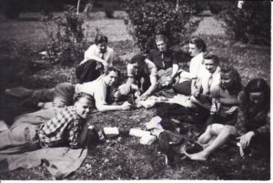 Režisierius Juozas Miltinis (antras iš kairės) ir aktoriai gastrolėse, 1950 m. PAVB FKV-439/1