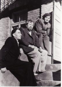 Režisierius Juozas Miltinis (viduryje) su filosofu, vertėju Matu Melėnu (kairėje) ir aktoriumi Vaclovu Blėdžiu. Apie 1956 m. PAVB FJM-1013/41