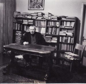 Juozas Miltinis savo bibliotekoje. 1965 m. Fotogr. Valerijaus Koreškovo. JMC fondas