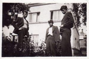 Aktoriai Kazimieras Vitkus, Vaclovas Blėdis ir Donatas Banionis Panevėžyje, P. Puzino g. bendrabučio sodelyje. 1941 m. rugpjūčio 17 d. PAVB FKV-441/7