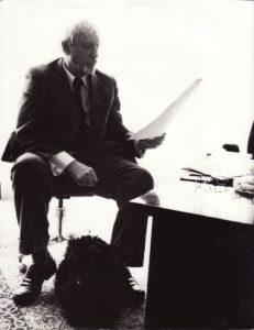 Juozas Miltinis savo kabinete su šuneliu Arieliu. Fotogr. Vladimiro Kuznecovo. PAVB FJM-1015/64