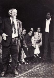 Repeticijoje. Juozas Miltinis (kairėje) ir aktoriai Donatas Banionis, Gediminas Karka, Gintautas Medžiavepris, Bronius Babkauskas. Apie 1974 m. Fotogr. Edvardo Koriznos. PAVB FJM-895/2