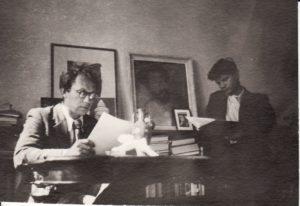 """Režisierius Juozas Miltinis ir aktorius Vaclovas Blėdis """"Kolchoze"""", aktorių bendrabutyje. 1941 m. Fotogr. Kazimiero Vitkaus. PAVB FKV-283/11"""