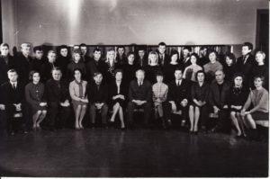Aktorių kolektyvas su režisieriumi Juozu Miltiniu. 1965 m. PAVB FKV-335/22