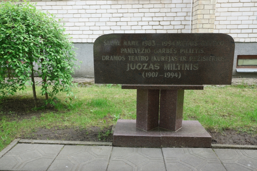Memorialinė lenta prie namo Algirdo g. 54