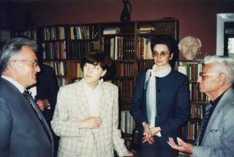 J. Miltinio bibliotekoje. Iš kairės: Šveicarijos ambasados Latvijoje 1-asis sekretorius Jurgas Šneibergeris, centro darbuotoja Regina Baniulytė, G. Petkevičaitės-Bitės viešosios bibliotekos direktorė Rima Maselytė ir aktorius Vaclovas Blėdis. 1997 05 31
