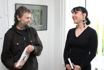 Fotomenininkas Saulius Saldūnas sveikina parodos autorę, kolegę Ingridą Žilėnaitę, 2009 m.