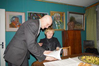 Aktorius Albinas Kėleris ir teatrologė Elvyra Markevičiūtė Miltinio svetainėje, 2013 m. Virginijaus Benašo nuotr.