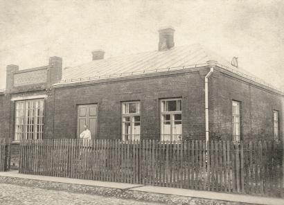 Juozas Zikaras prie savo namo P. Puzino g. Panevėžyje. 1925 m. Nuotrauka iš Lietuvos literatūros ir meno archyvo