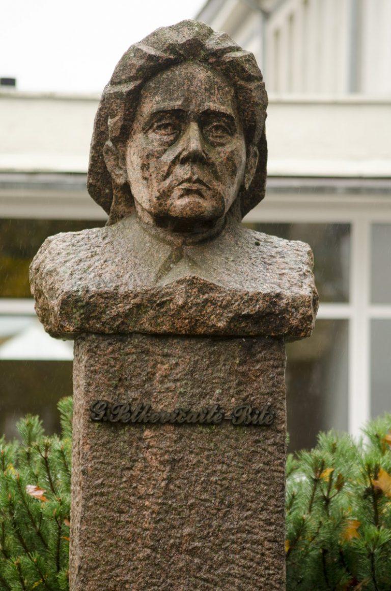 Gabrielės Petkevičaitės-Bitės biustas. Astos Rimkūnienės nuotrauka