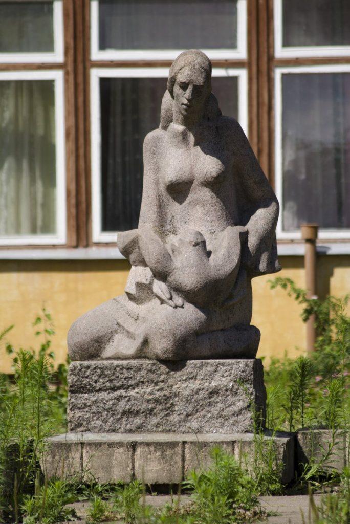 """Skulptūra """"Mergaitė su balandžiu"""" (""""Mergaitė ir paukštis""""). Astos Rimkūnienės nuotrauka"""