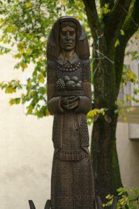 """Skulptūra """"Moteris su obuoliais"""". Astos Rimkūnienės nuotrauka"""