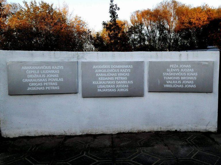 Paminklinė kompozicija stalinizmo represijų aukoms – 1941 m. sušaudytiems prie Panevėžio cukraus fabriko – atminti. Astos Rimkūnienės nuotrauka
