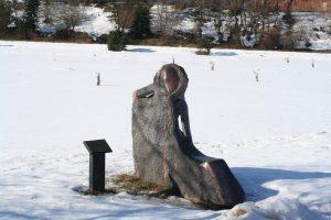 """Skulptūra """"Suolelis vienišam"""". Aivaro Neimonto nuotrauka"""