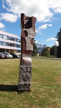 """Skulptūra """"Ateitis"""". Nuotrauka iš http://aina.lt/panevezi-papuos-4-naujos-akmens-skulpturos/"""