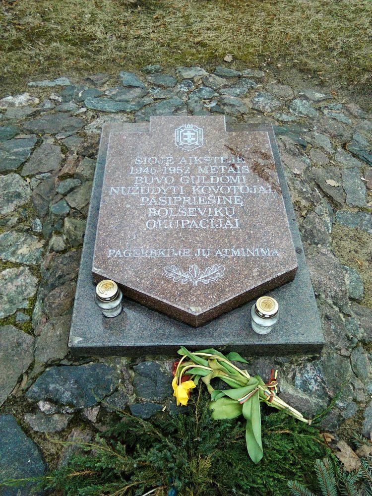 Paminklinė plokštė 1945–1952 m. nužudytų partizanų atminimui. Astos Rimkūnienės nuotrauka