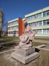 """Skulptūra """"Mergaitė su balandžiu"""" (""""Mergaitė ir paukštis""""). Aušros Veličkienės nuotrauka"""