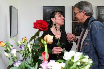 Ingridos Žilėnaitės fotografijų parodos atidaryme – aktorius Rudolfas Jansonas su fotografijų autore. 2009.05.19. Fotogr. V. Benašo
