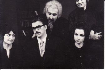 """Otaras Joselianis (Otar Iosseliani) """"Kol vežimas neapvirto"""" (G. Karka), 1973 m. Irena Mackevičiūtė - Landa, Durmišhano žmona, Rudolfas Jansonas - Durmišchanas, trečiasis Agabo ir Kesarijos sūnus, Petras Steponavičius - Karpė, Agabo kaimynas, Eleonora Matulaitė - Žužuna, Dito žmona, Eugenija Šulgaitė - Kesarija, Agabo žmona. Fotogr. K. Vitkaus. PAVB FKV-201/1-17"""