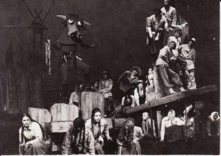 "Kazys Saja ""Devynbėdžiai"" (rež. V. Blėdis), 1974 m. Scena iš spektaklio. Fotogr. K. Vitkaus. PAVB FKV-206/1-35"