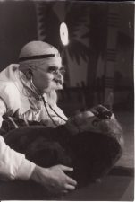"Marija Klara Mašadu (Maria Clara Machado) ""Svogūnėlių pagrobimas"" (rež. V. Blėdis), 1963 m. Rudolfas Jansonas - Daktaras, Jonas Alekna - Kasparas, senas šuo. Fotogr. K. Vitkaus. PAVB FKV-170/14-2"
