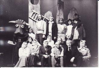 """Kazys Saja """"Devynbėdžiai"""" (rež. V. Blėdis), 1975 m. birželio 20 d. Po spektaklio. Panevėžiečiai aktoriai su režisieriumi Juozu Miltiniu (pirmoje eilėje, antras iš dešinės), šio spektaklio režisieriumi Vaclovu Blėdžiu (pirmoje eilėje, ketvirtas iš dešinės) ir kviestiniu aktoriumi, J. Miltinio bičiuliu Valerijonu Derkinčiu, vaidinusiu Aleliumą (pirmoje eilėje, trečias iš dešinės). Fotogr. K. Vitkaus. PAVB FKV-207/2-6"""