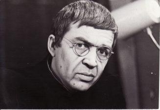 """Romas Gudaitis """"Atversk, angele, laiko knygą"""" (rež. J. Dautartas), 1984 m. Rudolfas Jansonas - Klebonas. Fotogr. K. Vitkaus. PAVB FKV-242/17-2"""