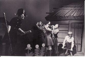 """Oskaras Vaildas (Oscar Wilde) """"Žvaigždės vaikas"""" (rež. V. Blėdis), 1966 m. Rudolfas Jansonas - Pilies šauklys, Linas Ginkevičius - Antrasis berniukas, Regina Zizaitė - Mergaitė, Juozas Šabaniauskas - Pirmasis berniukas, Regimantas Petrusevičius (studijos auklėtinis) - Žvaigždės vaikas. Fotogr. K. Vitkaus. PAVB FKV-185/1-47"""