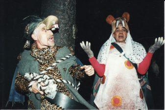 """Levas Ustinovas (Лев Устинов) """"Kas pametė sąžinę"""" (rež. R. Urvinis), 2001 m. Rudolfas Jansonas (dešinėje) – Meškinas"""