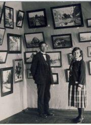 2. Aldona ir Antanas Kazanavičiai prie savo paveikslų, XX a. 3 deš. Nuotrauka iš A. Baranausko ir A. Vienuolio-Žukausko memorialinio muziejaus fondų