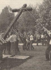 """2. Kryžiaus atstatymas Marijonų g. parke. Nuotrauka iš laikraščio """"Panevėžio balsas"""", 1998 m. gegužės 11 d."""