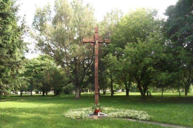 1. Blaivybės ir atgimimo kryžius Panevėžyje, Marijonų g. parke