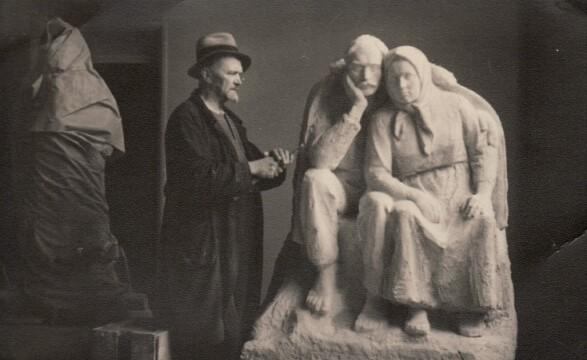 1.Skulptorius B. Bučas savo dirbtuvėje. Nuotrauka iš Panevėžio kraštotyros muziejaus rinkinių