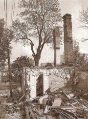 """4. Griaunamas namas Birutės gatvėje, 1989 m. S. Saladūno nuotrauka iš L. Jonušienės knygos """"Panevėžio albumas: 50 savaičių"""" (2003)"""
