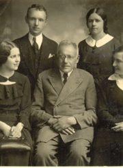3. J. Masiulis su knygyno darbuotojais. XX a. 4 deš. Nuotrauka iš K. Masiulytės-Paliulienės archyvo