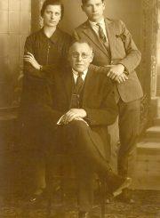 2. J. Masiulis su sūnumi Jonu ir dukra Ona. 1928 m. Nuotrauka iš K. Masiulytės-Paliulienės archyvo