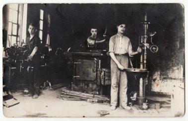 1. Karaimų dirbtuvėje Panevėžyje Birutės gatvėje. XX a. 4 deš. Nuotrauka iš D. Grigulevičienės archyvo