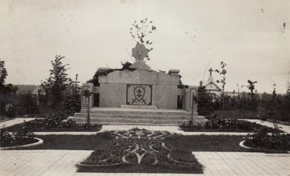 1.Paminklas savanoriams Panevėžio katedros kapinėse. XX a. 4 deš. Nuotrauka iš M. Dirsės asmeninės kolekcijos