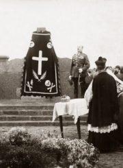 2. Paminklo atidengimo iškilmės. Kalba krašto apsaugos ministras B. Giedraitis. 1930 m. Nuotrauka iš M. Dirsės asmeninės kolekcijos